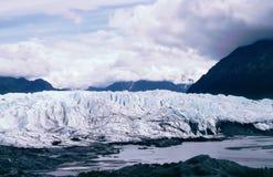 Matanuska Gletscher zwischen Gebirgszug Lizenzfreie Stockfotos