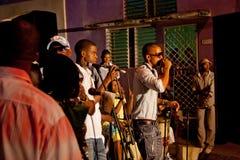 MATANZAS, CUBA - 12 DE DICIEMBRE: Banda cubana de Undifined que juega en el str Fotos de archivo libres de regalías