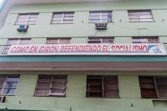 MATANZAS, CUBA - 16 FEBBRAIO 2016: Manifesto di propaganda nel centro del Matanzas, Cuba Dice: Come in Giron, difendere fotografia stock libera da diritti