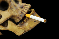 Matanzas o parada que fuman que fuma imagen conceptual con el cráneo Foto de archivo