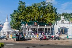 MATARA, SRI LANKA - 13 DE JULHO DE 2016: Templo pequeno no reboque de Matara imagem de stock