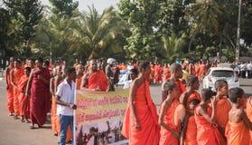 Matara Sri Lanka, 17 Januari: Buddistiska munkar går på en pilgrimsfärd till och med de Sri Lanka munkarna är deltagandet i arkivbild