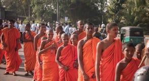 Matara Sri Lanka, 17 Januari: Buddistiska munkar går på en pilgrimsfärd till och med de Sri Lanka munkarna är deltagandet i royaltyfri fotografi
