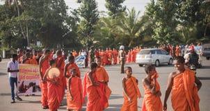 Matara, Sri Lanka, o 17 de janeiro: As monges budistas andam em uma peregrinação através das monges de Sri Lanka estão participan Imagens de Stock Royalty Free