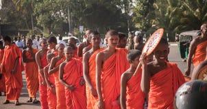 Matara, Sri Lanka, o 17 de janeiro: As monges budistas andam em uma peregrinação através das monges de Sri Lanka estão participan Fotografia de Stock Royalty Free