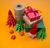 Matassa del filo, albero di Natale dalla decorazione di carta per la decorazione fotografia stock libera da diritti