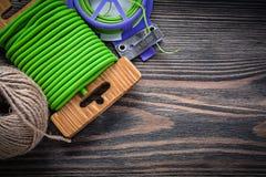 Matassa molle del legame di torsione del giardino della corda sul raggiro di giardinaggio del bordo di legno Fotografie Stock Libere da Diritti