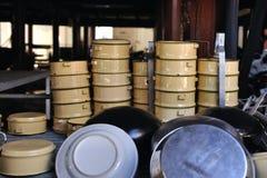Matbärare och allmosa-bunke för thailändsk munk Royaltyfri Foto