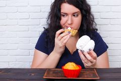 Matböjelse som bantar begrepp Ung överviktig kvinna som matas upp w royaltyfri foto