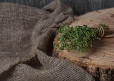 Matbakgrund av örttimjan på det svarta köksbordet från över arkivbilder
