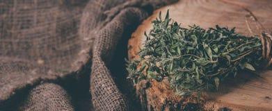 Matbakgrund av örttimjan på det svarta köksbordet från över arkivfoton