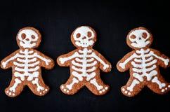 Matbakgrund med kakor i form av monster Royaltyfri Foto