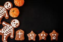Matbakgrund med kakor i form av monster Arkivfoton