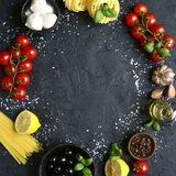 Matbakgrund med traditionella ingredienser av medelhavs- kokkonst Bästa sikt med kopieringsutrymme Square avbildar arkivfoto