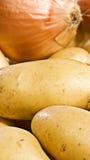 Matbaner med nya potatisar Arkivbild