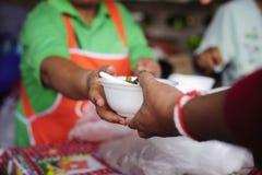 Matbegrepp av hopp: Fri mat för fattigt och hemlöst folk donerar mat till mat mindre personer: Det fattigt har delat mat royaltyfri foto