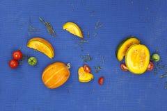 Matbegreppsbakgrund Pumpa, tomater och timjan på blåtttabellen Top beskådar royaltyfri bild