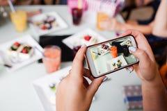 Matbild för socialt massmedia modern livsstil arkivfoton