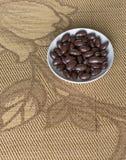 Matbildslutet upp godisen, choklad mjölkar, extra mörka mandelmuttrar Textur på siktsbakgrund på koppplattan arkivfoto