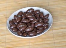 Matbildslutet upp godisen, choklad mj?lkar, extra m?rka mandelmuttrar Textur p? siktsbakgrund p? koppplattan royaltyfria bilder