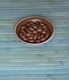 Matbildslutet upp godisen, choklad mj?lkar, extra m?rka mandelmuttrar Textur p? siktsbakgrund p? koppplattan arkivfoto