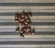 Matbildslutet upp godisen, choklad mj?lkar, extra m?rka mandelmuttrar Texturera ?verst siktsbakgrund royaltyfri bild