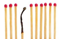 Match auf einer Reihe mit einer gebrannt Stockbild