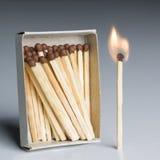 Match boxt und ein Match im Feuer, Matchstick-brennende Flammen-Idee Stockfoto