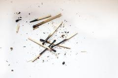 Match brûlant sur un fond blanc images stock
