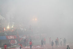 Match de football arrêté en raison de la fumée des feux d'artifice Photo libre de droits