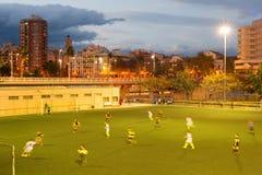 Match de football au crépuscule photos libres de droits