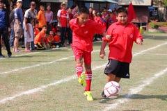 match de football de la jeunesse, dans les écoles primaires Photographie stock libre de droits