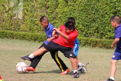 match de football de la jeunesse, dans les écoles primaires Image stock