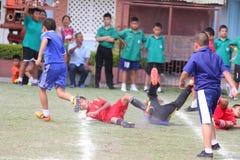 match de football de la jeunesse, dans les écoles primaires Photos stock