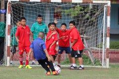 match de football de la jeunesse, dans les écoles primaires Photo stock