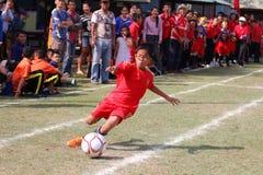 match de football de la jeunesse, dans les écoles primaires Images stock