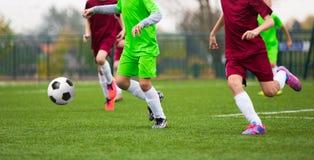 Match de football du football pour des enfants enfants jouant le jeu de football Photos libres de droits