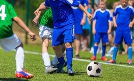 Match de football pour des enfants Jeunes garçons jouant le jeu de football Image libre de droits