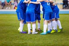 Match de football pour des enfants L'équipe de sports de la jeunesse célèbrent Image stock