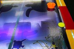 Match de hockey d'air Maillets, galet et butée Table violette avec le mod?le Jeu au centre de divertissement Jeu de Tableau L'amu photographie stock