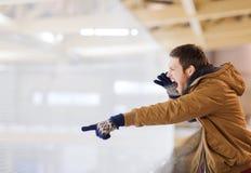 Match de hockey de soutien de jeune homme sur la piste de patinage Photographie stock libre de droits