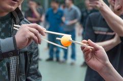 Match de ping-pong de transfert de baguettes Images stock