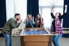 Match de victoire de femmes dans le foosball Photo stock