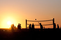 Match de volley au coucher du soleil photos stock