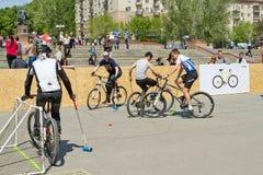Match för demonstrationscykelpolo på händelsen royaltyfri bild
