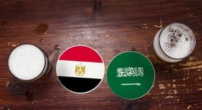 Match-Kalender des Weltcup-2018, Bier Mats Concept Flyer Background Ägypten gegen Schattierte Entlastungskarte stockfotografie