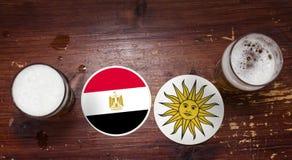 Match-Kalender des Weltcup-2018, Bier Mats Concept Flyer Background Ägypten gegen uruguay lizenzfreies stockfoto