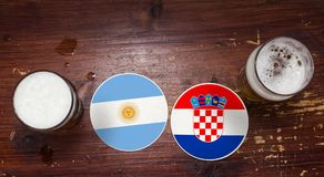 Match-Kalender des Weltcup-2018, Bier Mats Concept Flyer Background Argentinien gegen Kroatien lizenzfreie stockfotos