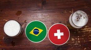 Match-Kalender des Weltcup-2018, Bier Mats Concept Flyer Background Brasilien gegen switzerland lizenzfreies stockbild