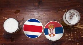 Match-Kalender des Weltcup-2018, Bier Mats Concept Flyer Background Costa Rica gegen serbien lizenzfreie stockfotos